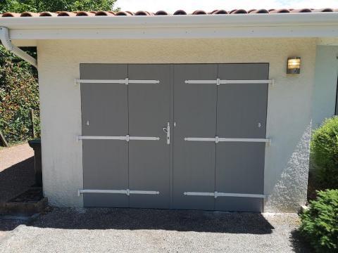 porte de garage sur mesure avec accessoires blancs