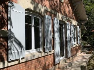 À Bordeaux pose de volets composites sur mesure
