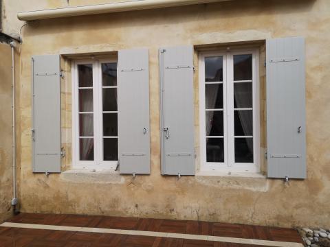 Pose de volets KAOVIA en composite à Villenave d'ornon gris clair sur maison en pierre