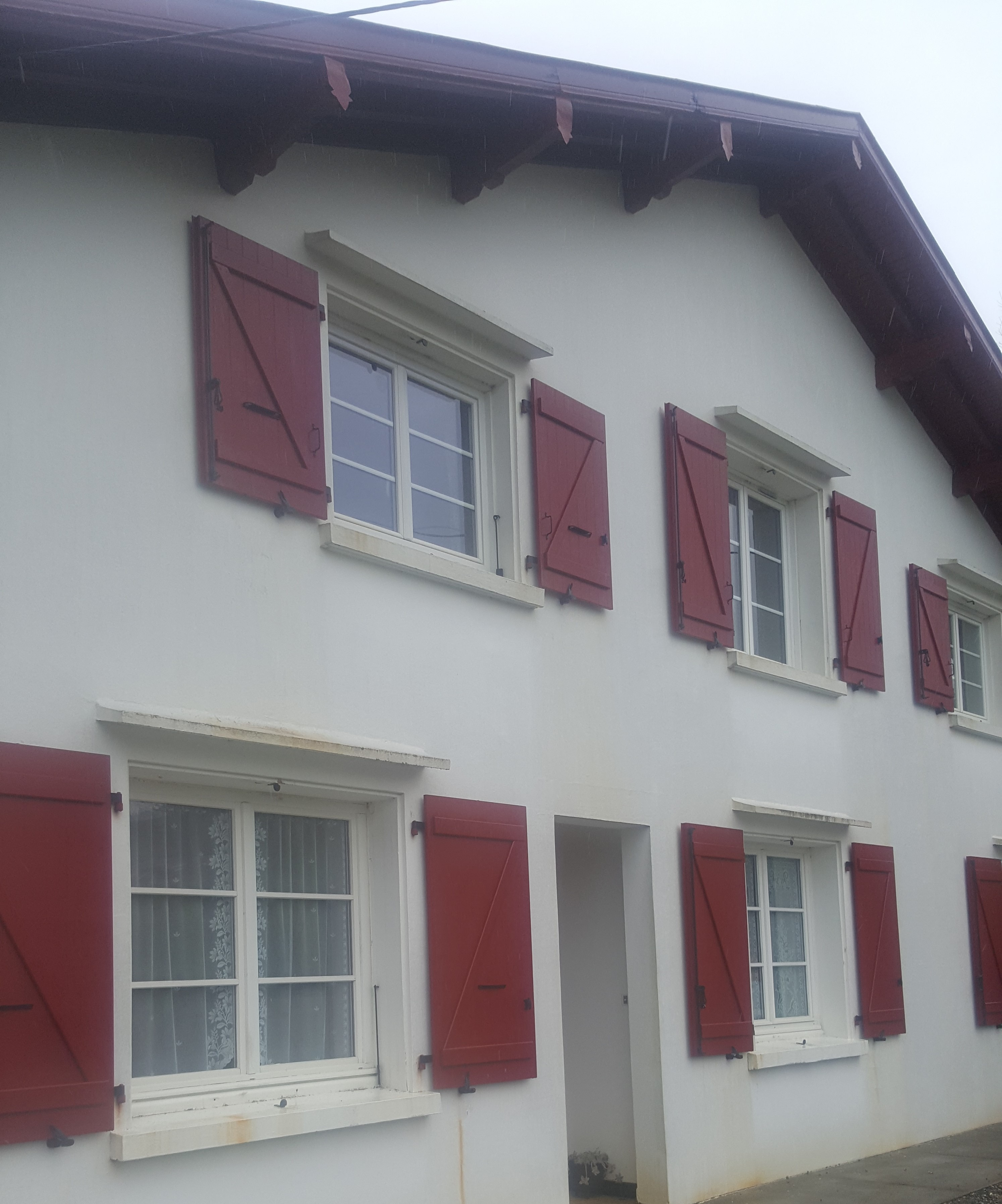 Kaovia - volets aspect bois barres et écharpes rouges