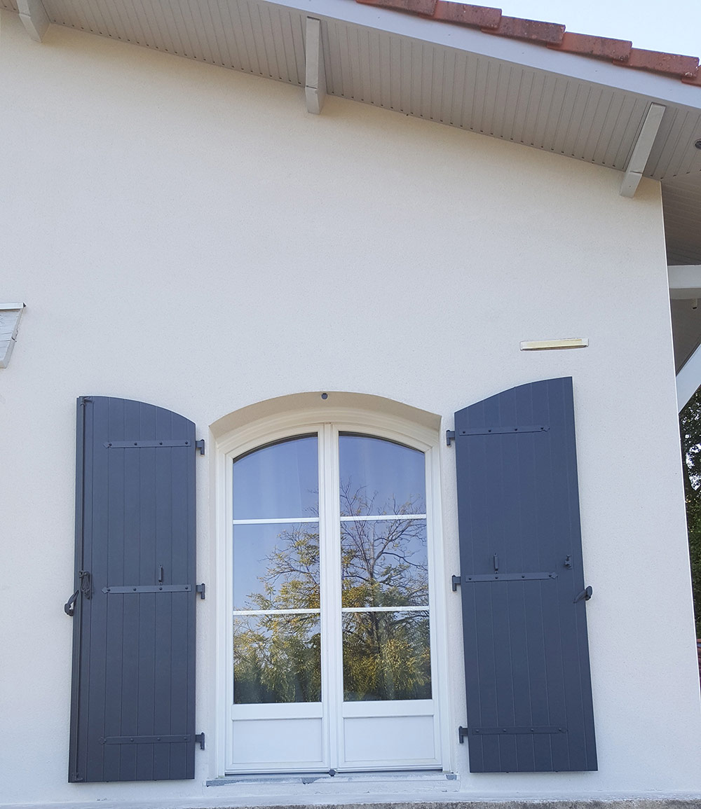 Kaovia - volets aspect bois bleu sur une maison landaise, à Léognan